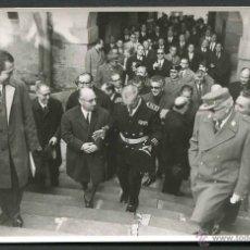 Fotografía antigua: FRANQUISMO. TÁRREGA. AUTORIDADES FRANQUISTAS SALIENDO EN COMITIVA. C. 1965 . Lote 50299036