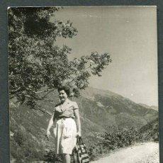 Fotografía antigua: ANDORRA. ORDINO. SEÑORA ANDANDO POR UN CAMINO DE ORDINO. 1962. Lote 50367739