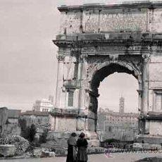 Fotografía antigua: ROMA. SEÑORAS PASEANDO POR LAS RUINAS ANTIGUAS DE ROMA. ARCO DEL TRIUNFO C. 1920 HOY EN DÍA DISTINTO. Lote 50689113