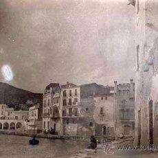 Fotografía antigua: CADAQUÉS. COSTA BRAVA. INTERESANTÍSIMA IMAGEN PICTORALISTA DEL PUEBLO. C. 1920. Lote 50695970