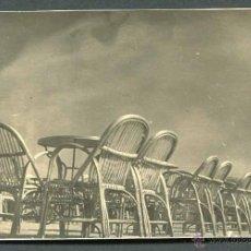 Fotografía antigua: BARCELONA. MONTJUIC. MESAS Y SILLAS EN LA TERRAZA DE MIRAMAR. C. 1950. Lote 50919334