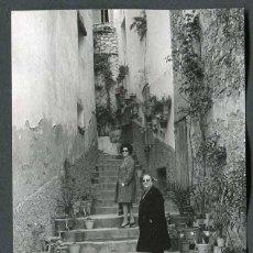 Fotografía antigua: BAIX CAMP. POSIBLEMENTE MONT-ROIG. PREIOSA CALLE ADORNADA CON PLANTAS. 1968. Lote 50943297