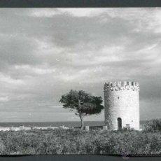 Fotografía antigua: PRECIOSO Y SOLITARIO TORREÓN FRENTE AL MAR. COSTA DORADA. 1968. Lote 50943548