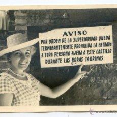 Fotografía antigua: MÁLAGA. TURISTA EN EL CASTILLO DE GIBRALFARO, AGOSTO 1960 10,2X7,5 CMS.. Lote 51388558