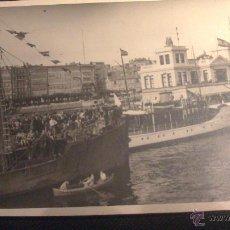 Fotografía antigua: FOTOGRAFIA ORIGINAL, LLEGADA O SALIDA DESDE EL MUELLE DE LA CORUÑA DE UN BARCO DE EMIGRANTES.. Lote 58119420