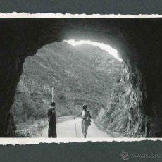 Fotografía antigua: INTERESANTE FOTOGRAFÍA. CARRETERA NACIONAL. DOS SEÑORES. MARTINET. 1943. Lote 53118802