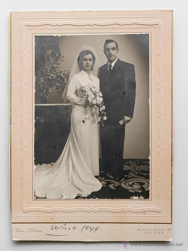 MATRIMONIO POSANDO EN EL DÍA DE SU BODA. FOTO HILARIO, SEVILLA 1949 (Fotografía Antigua - Gelatinobromuro)