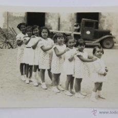 Fotografía antigua: F-1507. CURIOSA FOTO DE OCHO NIÑAS. AÑOS CUARENTA. . Lote 53255348