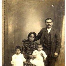 Fotografía antigua: FOTO J.R.VIDAL BARCELONA RETRATO MATRIMONIO E HIJOS TAMAÑO POSTAL CON REVERSO. Lote 53306020