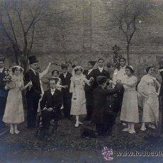Fotografía antigua: GRUPO DE BAILE TRADICIONAL CATALAN EJECUTANDO UNA DANZA. H. 1900. CATALUÑA. COSTUMBRES. Lote 53347648