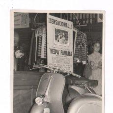 Fotografía antigua: LA MOTO VESPA FAMILIAR LLEGA A BARCELONA, 1950'S. FOTO: PÉREZ DE ROZAS, 18X24 CM.. Lote 53350373