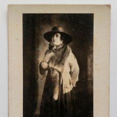 Fotografía antigua: SEÑORA CUBANA VESTIDA CON PIELES Y SOMBRERO. 16,5 X 27 CM. FOTO A. MANCEBO. MATANZAS, CUBA 1900S. Lote 53416582