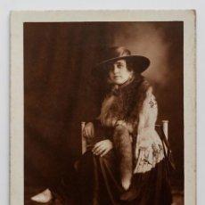 Fotografía antigua: SEÑORA CUBANA VESTIDA CON PIELES Y SOMBRERO. 16 X 25 CM. FOTO A. MANCEBO. MATANZAS, CUBA 1900S. Lote 53416612