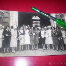 Fotografía antigua: FOTO ORIGINAL SEÑORITAS IMPONEN BRAZALETE DAMA CRUZ ROJA REINA PALACIO REAL AÑOS 20S MADRID FOTO PIO. Lote 53557991