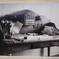 Fotografía antigua: ARCHIVO FOTOGRAFICO RENFE.ESTACION DE MERIDA .TELEFONO CENTRALITA AL DORSO INFORMACION SOBRE LA FOTO. Lote 53743319