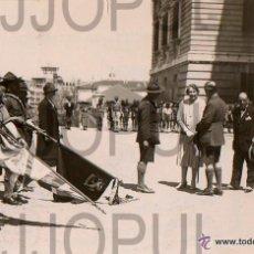 Fotografía antigua: MADRID. BOYS SCOUT PRESENTANDO BANDERAS A LA REINA VICTORIA EUGENIA DE BATTENBERG. AÑOS 20 ORIGINAL. Lote 53842912