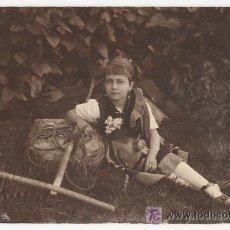 Fotografía antigua: NIÑA CON TRAJE DE LLANISCA Y UTILES DEL CAMPO. COSTUMBRES ETNOGRAFIA FOTO PEPE LLANES ASTURIAS. 1927. Lote 54145123