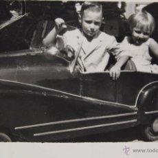 Fotografía antigua: F-1666. FOTOGRAFIA DE DOS HERMANOS EN COCHE DE JUGUETE. AÑOS CINCUENTA. BARCELONA.. Lote 54371519