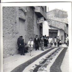 Fotografía antigua: TIVISA, TIVVISA (TARRAGONA) AÑOS 70, ANTIGUA TRADICCION DEL CORPUS CHRISTI,, ALFOMBRAS DE FLORES.. Lote 54945960