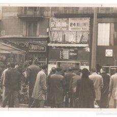 Fotografía antigua: BARCELONA, LOTERÍA VALDÉS, LA RAMBLA, 1964. 18X24 CM. PUBLICADA. Lote 55094103