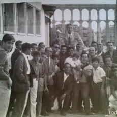 Fotografía antigua: FOTOGRAFIA SEGOVIA, FOTO PEÑA, SALIDA DEL TORERO ENRIQUE MARIN DE UNA CELEBRACIÓN CON GRUPO .. Lote 56828642