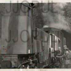 Fotografía antigua: TREN FERROCARRIL MILITAR BLINDADO CON PERSONAL DE UNIFORME EN MADRID. GUERRA CIVIL. 1937. ORIGINAL. . Lote 56920474
