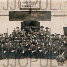 Fotografía antigua: GRUPO DE GUARDIA CIVIL CON UNIFORME DE GALA CON MEDALLAS. EN LA CASA CUARTEL. LOGROÑO. RIOJA. . Lote 57029336