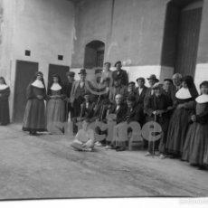 Fotografía antigua: MAGNIFICA PLACA ORIGINAL GRUPO DE ANCIANOS EN EL ANTIGUO ASILO DE LAS HERMANITAS DE CASTELLON. Lote 58659891