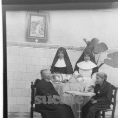 Fotografía antigua: MAGNIFICA PLACA ORIGINAL GRUPO DE ANCIANOS EN EL ANTIGUO ASILO DE LAS HERMANITAS DE CASTELLON. Lote 58659896
