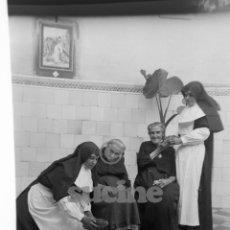 Fotografía antigua: MAGNIFICA PLACA ORIGINAL GRUPO DE ANCIANOS EN EL ANTIGUO ASILO DE LAS HERMANITAS DE CASTELLON. Lote 58686565