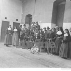 Fotografía antigua: MAGNIFICA PLACA ORIGINAL GRUPO DE ANCIANOS EN EL ANTIGUO ASILO DE LAS HERMANITAS DE CASTELLON. Lote 58686618