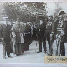 Fotografía antigua: SANTANDER. AUTORIDADES Y CIVILES ESPERANDO AL REY ALFONSO XIII EN CUATRO CAMINOS. 1926. Lote 61174891