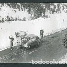 Fotografía antigua: ANDORRA. CARRETERA. SEISCIENTOS. NIEVE. 1962. Lote 61494071