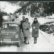 Fotografía antigua: ANDORRA. CARRETERA. TRES SEÑORES. SEISCIENTOS. 1962. Lote 61494575