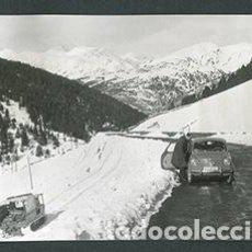 Fotografía antigua: ANDORRA. CARRETERA. SEISCIENTOS. MONTAÑAS. NIEVE-1. 1962. Lote 61496087