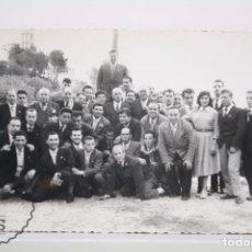 Fotografía antigua: ANTIGUA FOTOGRAFÍA - GRUPO DE HOMBRES Y MUJER - LABORATORIOS CENDRÓS, BADALONA - AÑOS 40-50. Lote 62055020