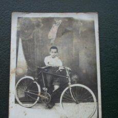 Fotografía antigua: FOTOGRAFÍA NIÑO CON BICICLETA, BSA.. Lote 62283136