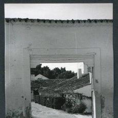 Fotografía antigua: CASTILLA LA MANCHA. PORTON DE UNA VILLA MANCHEGA. 1968. Lote 62287908