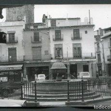 Fotografía antigua: SANT MATEU. CASTELLÓN. PLAZA CON BONITA FUENTE. MUEBLES EL MAESTRAZGO. 1968. Lote 62512820
