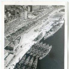 Fotografía antigua: SANTANDER II SEMANA NAVAL 1968. LA FLOTA CON EL CRUCERO CANARIAS EN EL MUELLE, FOTO AÉREA FOTO HOJAS. Lote 63209028