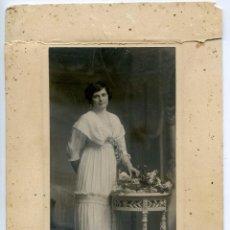 Fotografía antigua: DAMA CON VESTIDO BLANCO. FOTÓGRAFO KAULAK, ANTONIO CÁNOVAS DE CASTILLO, CIRCA 1910. Lote 63407436
