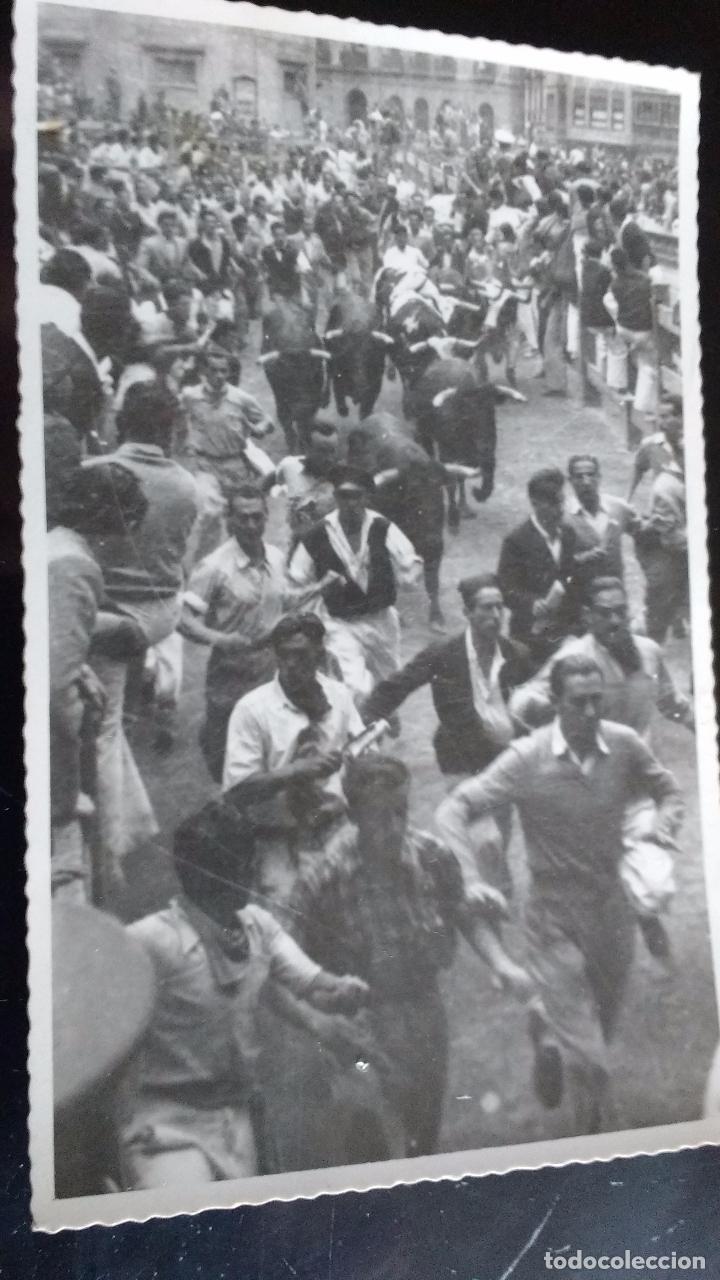 ANTIGUA FOTOGRAFIA ENCIERRO PAMPLONA, MOZOS DE FRENTE DELANTE TOROS, SIN FOTOGRAFO, TAMAÑO POSTAL (Fotografía Antigua - Gelatinobromuro)