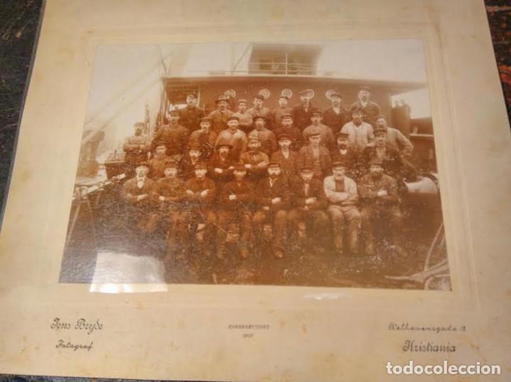 FOTOGRAFIA ANTIGUA TRIPULACIÓN BARCO NORUEGO. KRISTIANIA, 1907, JENS BRYDE FOTOGRAF. (Fotografía Antigua - Gelatinobromuro)