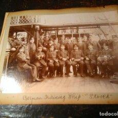 Fotografía antigua: FOTOGRAFIA ANTIGUA BARCO C 1900. DOS EN UNA HOJA ALBUM. OFICIALIDAD DEL STOSCH, YACHT JHALLATTA. Lote 63641591