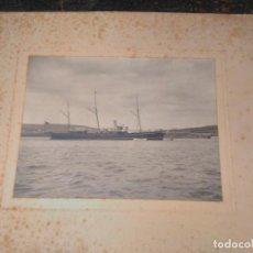 Fotografía antigua: FOTOGRAFÍA ANTIGUA DE BARCO CA1900 SOBRE CARTÓN. BUQUE MIXTO FONDEADO. 22X16 CM. Lote 63698851