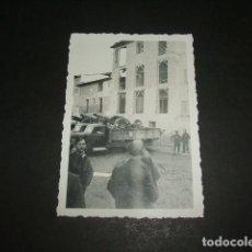 Fotografia antica: FRAGA HUESCA GUERRA CIVIL CAMIONES CON CAÑONES Y EDIFICIOS EN RUINAS FOTOGRAFIA GUERRA CIVIL. Lote 64853591