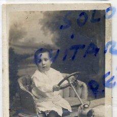 Fotografía antigua: FOTO J.ALONSO BARCELONA RETRATO NIÑO CON COCHE JUGUETE TAMAÑO POSTAL CON REVERSO. Lote 65652998