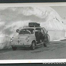 Fotografía antigua: AUTOMOBILISMO. ERA DEL SEISCIENTOS. DIVERTIDA FOTO ANTE LA NIEVE. AÑOS 60. Lote 66594574
