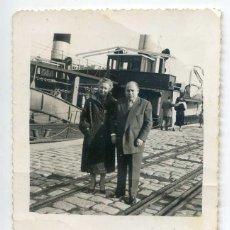 Fotografía antigua: PAREJA EN EL PUERTO DE SANTANDER, AÑOS 30 O 40. 6X9 CMS.. Lote 67602229