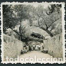 Fotografía antigua: FONT COBERTA. LLUC. MALLORCA. TRONCO DE ÁRBOL HORIZONTAL. MUJERES A POR AGUA. PRECIOSA IMAGEN. 1950. Lote 67830161